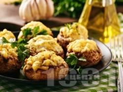 Вкусни пълнени цели гъби с бекон, чесън, синьо сирене и кашкавал запечени на фурна - снимка на рецептата